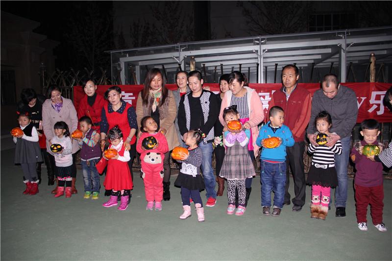 小童星幼儿园万圣节亲子游戏合影