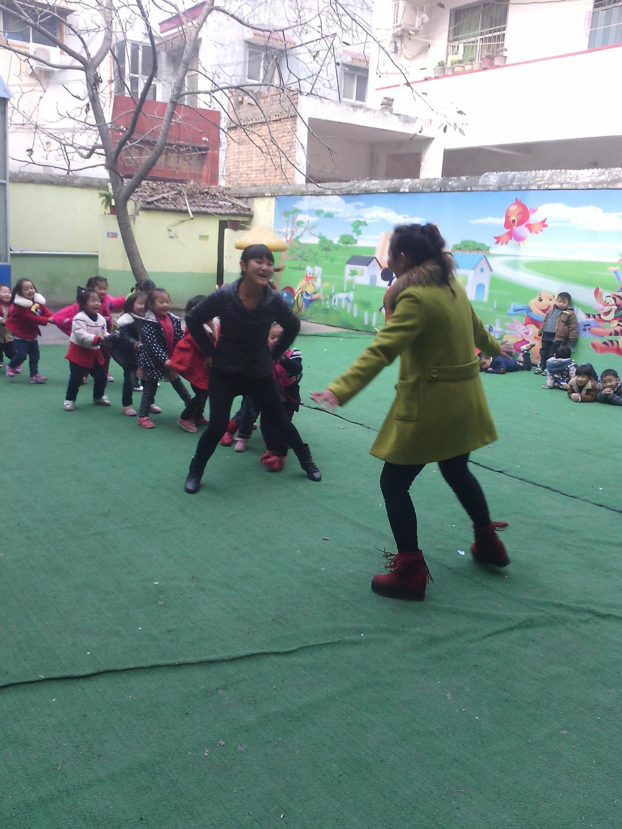 幼儿园老师和学生的互动游戏