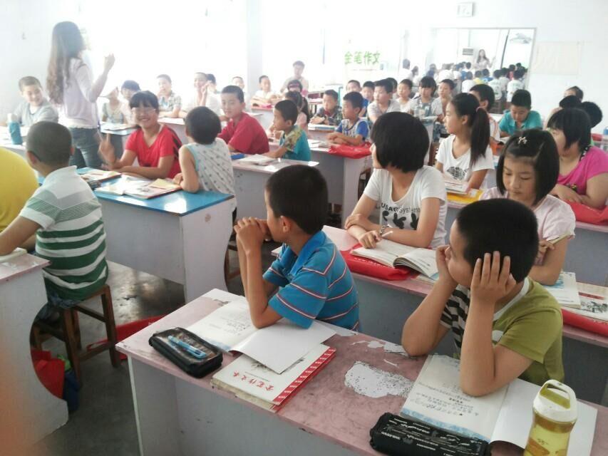 教室上课背影简笔画