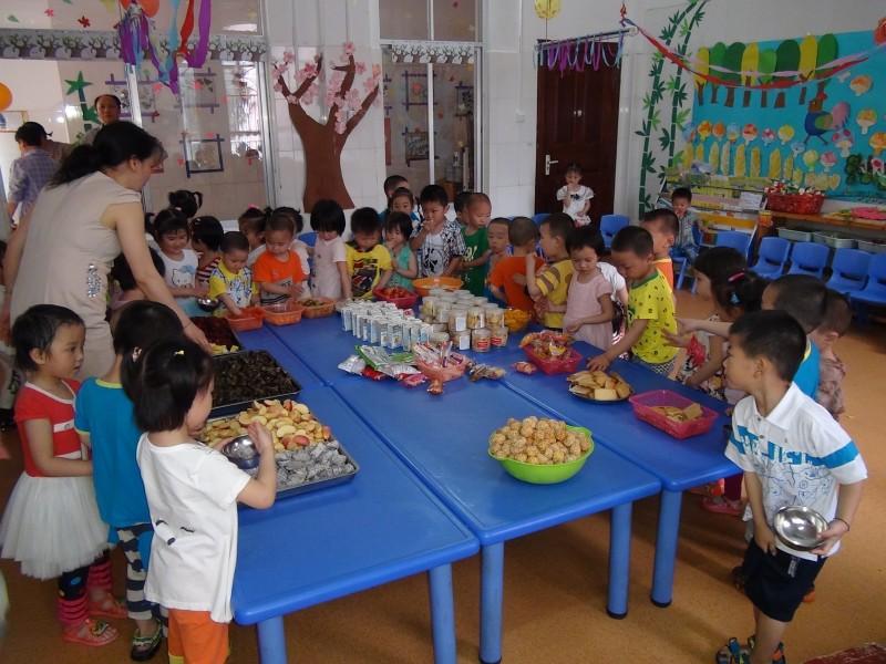 """机关幼儿园六一儿童节开展""""快乐自助餐""""串班活动"""