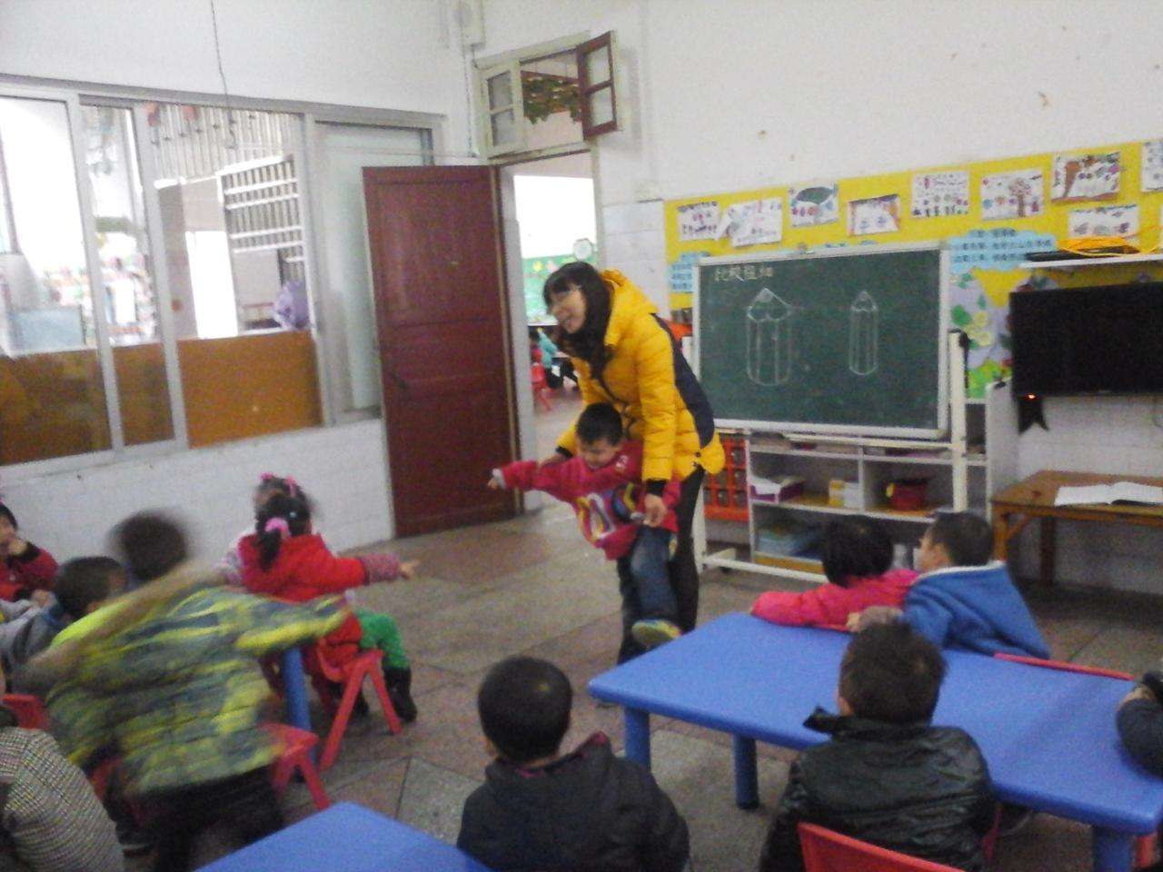 幼儿园老师和小朋友打招呼图片