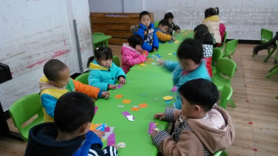 孩子们正在运用圆形,三角形,长方形等拼图呢!-三角形 抱枕 半圆形