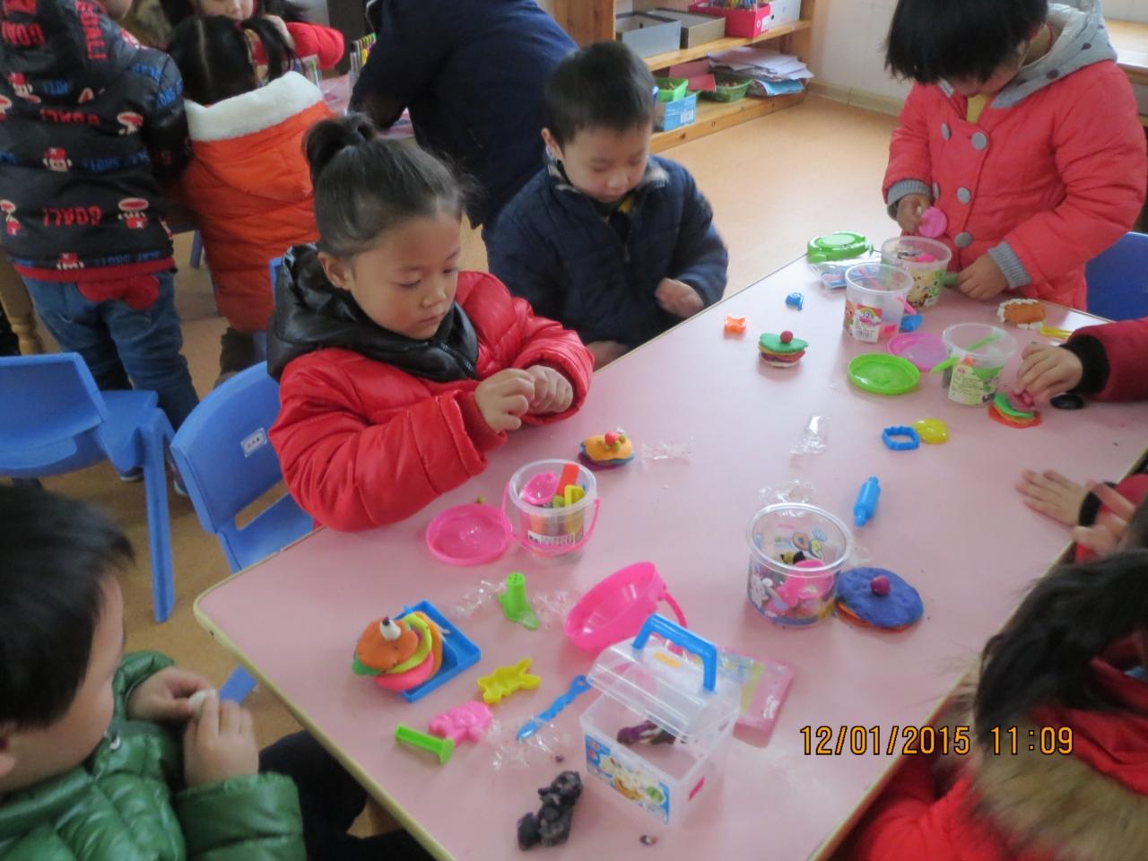 为了让家长更好地了解孩子在幼儿园生活和学习的状况,了解现代的幼儿教育理念和科学的教育方法,了解幼儿园的教学方式、生活动态等,幼儿园举行了10月12日大班年级组的家长开放半日活动。 家长们从丰富多彩的活动中看到孩子们在园生活学习情景,幼儿呈现于课堂上的欢快、愉悦的精神面貌,更让家长们笑逐颜开、心花怒放。 家长开放日的活动让家长真正走进幼儿学习,这也将促使家长们在以后的工作中更加主动地配合幼儿园和老师,共同完成对孩子们的教育和培养,促进幼儿的全面和谐发展。 相信,我们会更加努力工作,关注每一位孩子在各方面的点