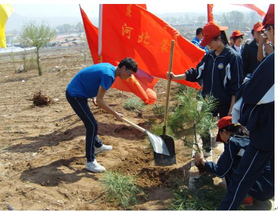河北蒙中志愿者参加义务植树活动