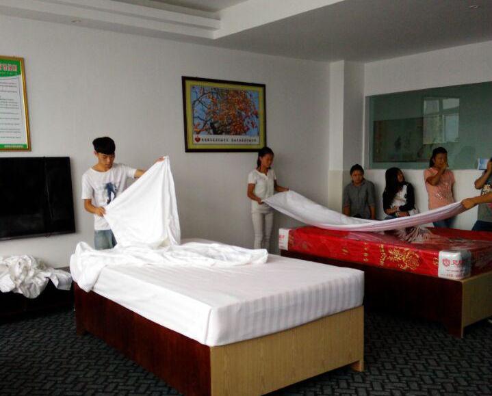 培训内容涉及客房铺床,前台大厅服务,中西餐摆台,酒店礼仪等方面