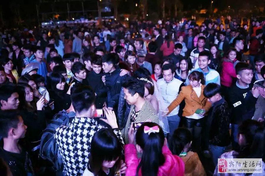 昨晚县广场十点半有千人快闪,求婚结婚一气呵成