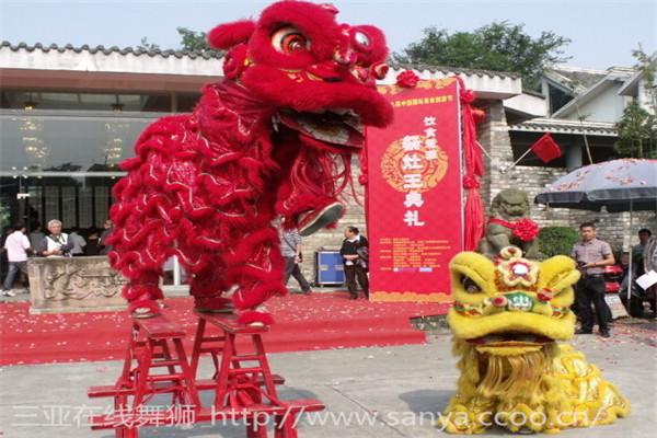 舞狮,大约始于汉代以后。中国原不产狮子,《后汉书》记载汉章帝时月氏国(西域一个小国)进贡狮子,当时叫狻猊,从那时人们便把雄健、威武的狮子视为吉祥、勇敢的象征,又模拟狮子的形象和动作,逐渐形成狮舞。开始时盛行于宫廷之中,后来才逐渐发展到民间,成为节日和社戏中的主要娱乐节日。据史料记载,在唐玄宗时,有一种规模很大的表现勇士戏狮的五方狮子舞,被列入部伎八部之一。唐代大诗人白居易在《西凉伎》中写了这样的诗句:西凉位,西凉位,假面胡人假狮子,刻木为头丝作尾,金镀眼睛银帖齿,奋迅毛衣摆双耳,如从流沙来万里