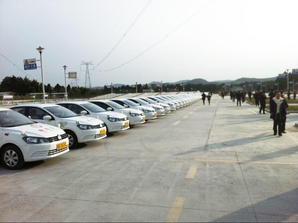 拥有6台新捷达电子考试车,通过我校电子化适应性训练场培训后,可获得